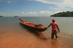 Paradise_Island_-_Saimo_met_de_boot_bij_de_Timba